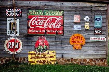 Plakaty,etykiety z logo firmy jako forma reklamy